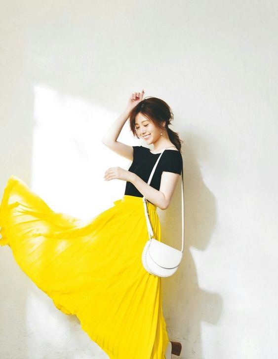 ふわっとした黄色いスカートをはいた白石麻衣