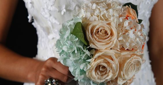 Buquê de rosas e hortênsias naturais preservadas, da Flor de Cór, R$ 650; e anel de prata com cristais, da Korpusnu, R$ 317