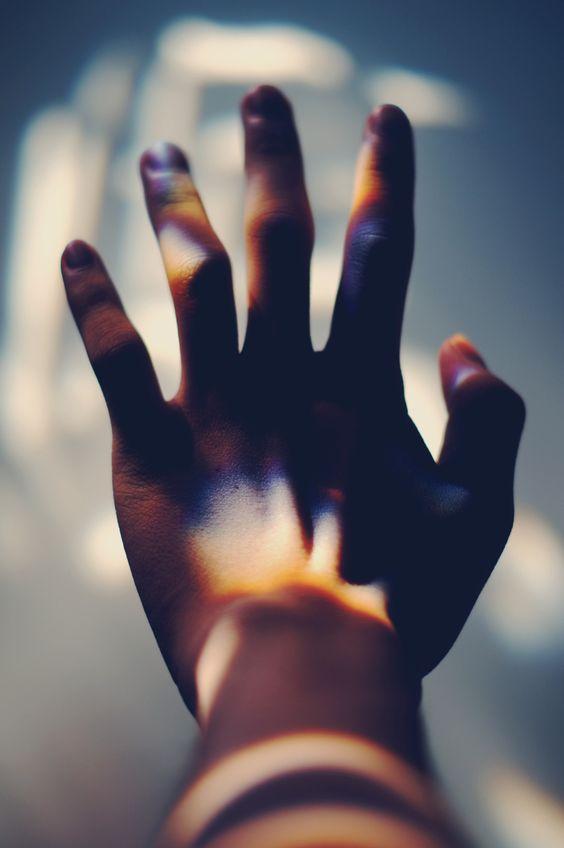 Posso crer em um Deus e Ele está sobre mim É Sua graça que me faz andar, Prosseguir não olhar mais para trás E assim eu vou, minha vida em Suas mãos E assim eu vou, certo que farás melhor E assim eu vou, em Suas mãos.