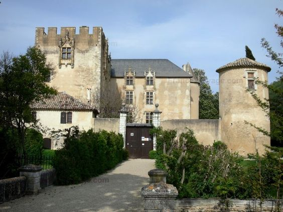 Château d'Allemagne-en-Provence: Donjon crénelé, façade Renaissance avec fenêtres à meneaux et tour ronde