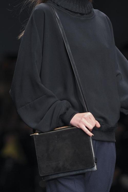 Osez les basiques ! Pull et sac porté épaule et le tour est joué ! www.leasyluxe.com #streetstyle #beauty #leasyluxe