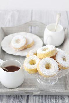 Classic Powdered Doughnuts (Baked) - Donuts soffici al forno con zucchero a velo Ricetta