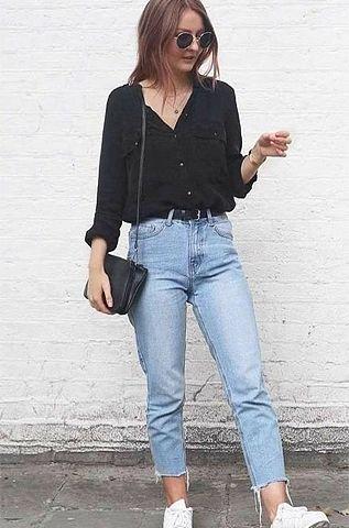 look de inverno, com camisa preta, calça jeans desfiada e tênis branco