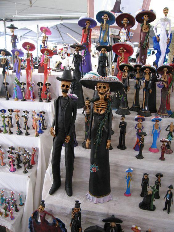Catrines y catrinas de barro, varios colores y tamaños. Uruapan Michoacán.