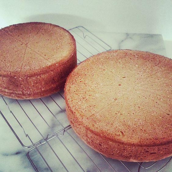 Biscuit, een goede basis voor vele gedecoreerde taarten. Het is prima zonder mix zelf te maken en nog goedkoper ook! Hier mijn perfecte recept voor biscuit
