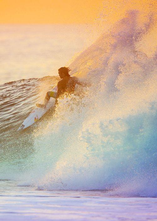淡い色の海とサーフィン