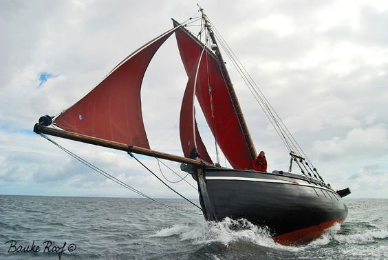A Galway Hooker, the classic working boat of the port town of Galway, home of the great Lynch clan.           http://baukeroof.com/wordpress/wp-content/uploads/galleries/post-321/full/NaomhBairbre.jpg
