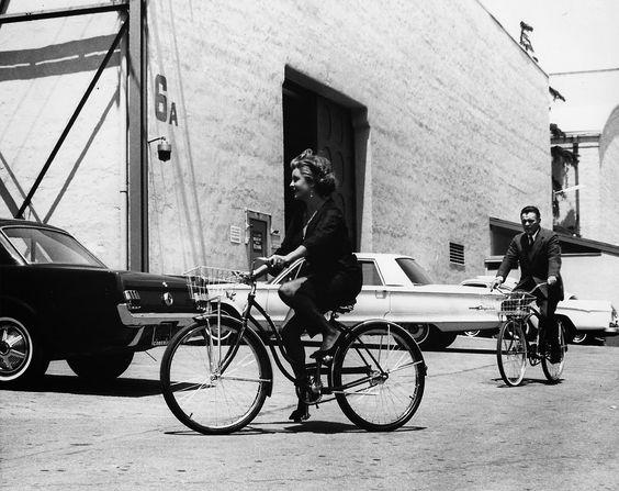 """liz taylor bikes quién teme a virginia wolf gt fashion diaryEn 1968 la gran Elizabeth Taylor sacó una línea de ropa, siendo la primera actriz en inventarse eso de las colecciones de moda """"diseñadas"""" por celebrities. De la moda se cansó, y enseguida tuvo su propia línea de perfumes y joyas. Las hermanas Cruz llegaron a esto mucho más tarde, como podréis comprobar según el vídeo del desfile en París, en el que Liz sale junto a Richard Burton, su gran amor."""