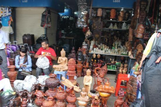 Khu chợ bày bán rất nhiều đồ lưu niệm