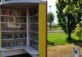 """25-May-2015 19:10 - EEN BOEK LENEN IN DE PATATZAAK. """"De Sneeuwuil is uitgeleend, maar ik heb wel iets anders voor je."""" Willemien Akkermans helpt een klant van de Boekenuitleen in Rutten. Omdat de bibliobus het dorp bij Emmeloord niet meer aandoet, zijn bewoners een bibliotheek in een voormalige basisschool begonnen. Het principe is simpel. Particulieren brengen de boeken in, en Willemien zet ze samen met andere vrijwilligers in de kasten. Mensen kunnen de boeken voor onbepaalde tijd..."""