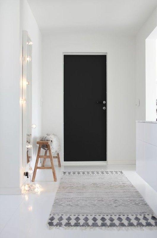 #Entrée # Hallway Une entrée scandi épurée, au caractère affirmé grâce à la porte peinte en noir charbon House Doctor - Sweet Déco 66