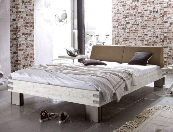 Massivholzbett mit rustikalen Metall-Beschlägen am Bettrahmen - dream massivholzbett ign design