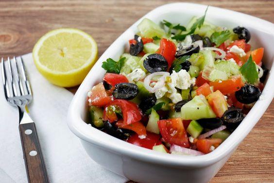 Griechischer Salat mit Tomaten, Gurken, Oliven und Feta - Gaumenfreundin - Foodblog aus Köln mit leckeren Rezepten von der schnellen Küche bis Low Carb
