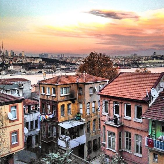 I was happy to be invited to Istanbul again and attend the @wtourismforum with @turkishairlines. One of my favorite things to do in Istanbul is a walking tour through Fener-Balat! A neighborhood that is home to jews, Armenians and orthodox residents. A great mix of people creating a bohemian atmosphere where laundry is still dried on the side of the street. Istanbul has multiple faces, try to discover all of them! #bloggercasting #worldtourismforum . . . #iamtraveler #travelblog #wonderfulwo
