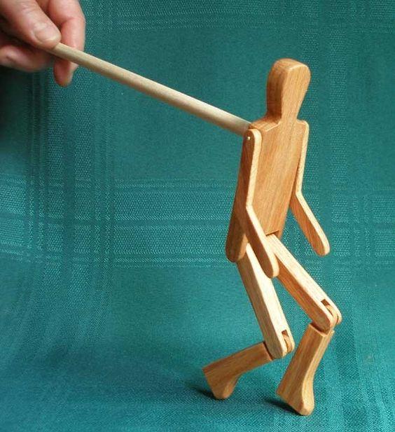 Homme de bonhomme avec une danse Conseil et bâton par Limberjacks