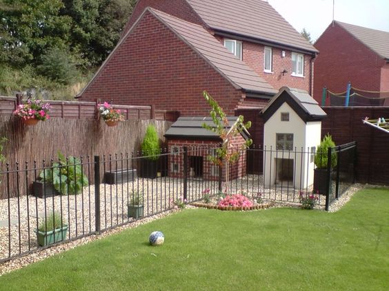 Gardens for dogs and outdoor dog kennel on pinterest for Dog run outdoor kennel house