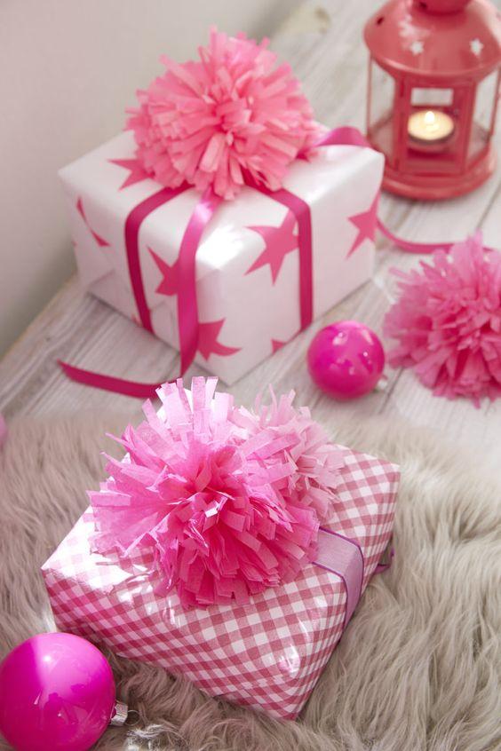 Geschenkverpackung mit Pompons.