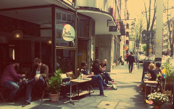 Brunnenstrasse: Café Süße Erinnerung - Genieße italienischen Spitzenkaffee und französische Petit fours und köstliche Selbstgemachte Panini & Kuchen in schöner Atmosphäre ganz zentral in Düsseldorf Bilk