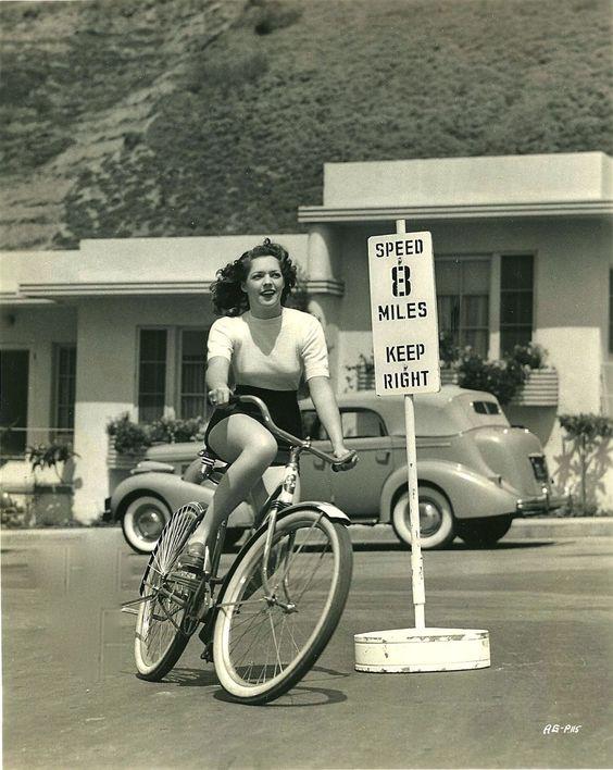 "Ridesabike: ""Anne Gwynne anda de bicicleta.  """