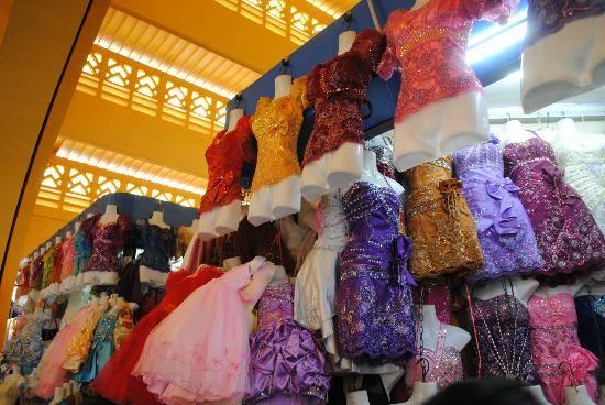 Các mặt hàng thời trang là một phần không thể thiếu của khu chợ ảnh: alex.ch