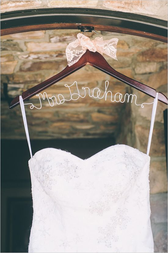wire name hanger | decor and details | peach and gray wedding | budget weekend | #weddingchicks