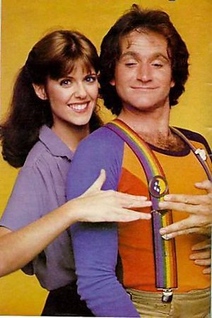Nanu nanu shozbot ... Mork & Mindy is an American science fiction sitcom broadcast from 1978 until 1982 on ABC. The series starred Robin Williams as Mork, an alien who comes to Earth from the planet Ork in a small, one-man egg-shaped spaceship. Pam Dawber co-starred as Mindy McConnell, his human friend and roommate./••••She is the wife of Mark Harmon of NCIS fame.
