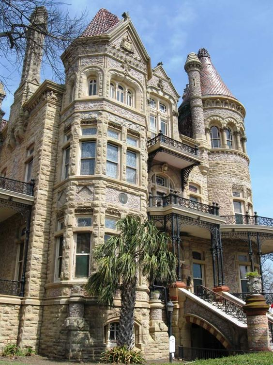 Huge Victorian mansion ❤•♥.•:*´¨`*:•♥•❤ I really love this heavenly creation!!!