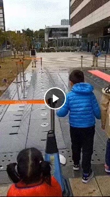 Brincadeira de criança atravessando água