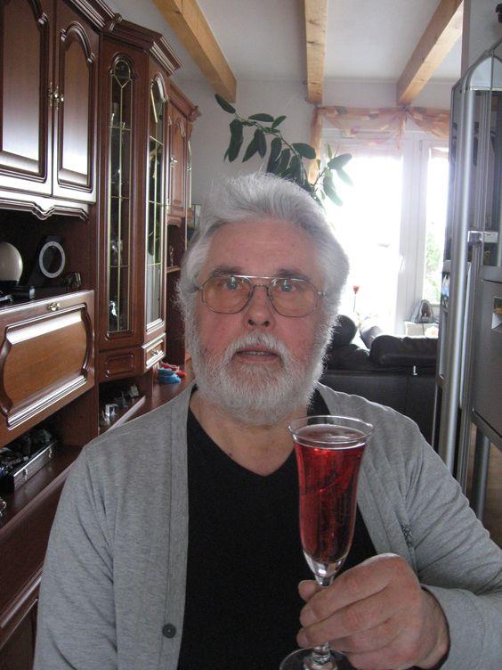 Ich trinke am Morgen nach der Geburt meines Enkelsohnes Leon Raúl auf   sein Wohl ein Glas Rotkäppchen Rose.