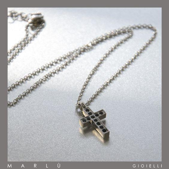 Catena in acciaio con croce con strass neri della collezione #Riflessi. Steel chain with cross with black rhinestone #Riflessi Collection