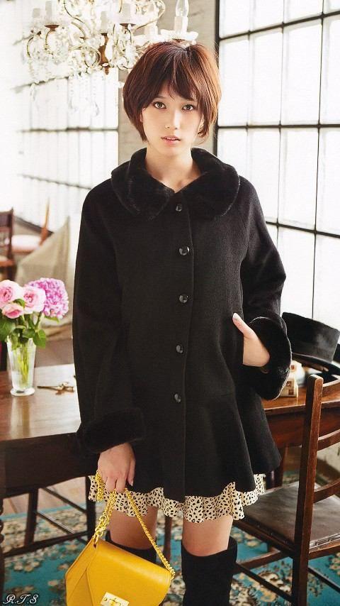 黒い服の本田翼