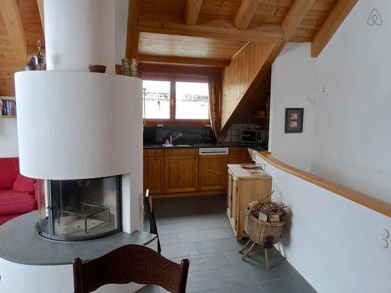 Offene Küche abgetrennt durch das Cheminée