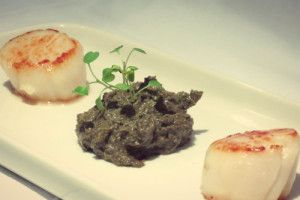 Scallops with mushrooms and nuts pesto
