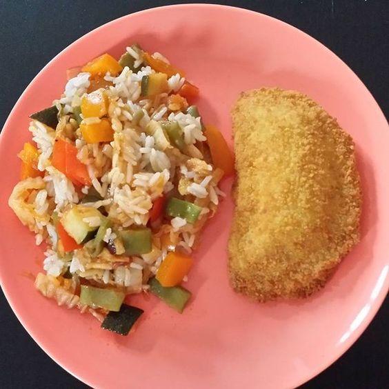 Mittagessen  Gemüsepfanne mit Reis aus der Mikrowelle und dazu ein leckeres #valess.  Suuuper lecker .. und da die Gemüsepfanne noch von Dienstag ist musste ich auch nicht lange in der Küche stehen.  #healthy #fitfam #bodychange #traumfigur2016 #fitness #machdichwahr #bikinibody #abgerechnetwirdamstrand #diät #foodporn #gesundundlecker #gesundabnehmen #lecker #schnellundeinfach #derspeckmussweg  Yummery - best recipes. Follow Us! #foodporn