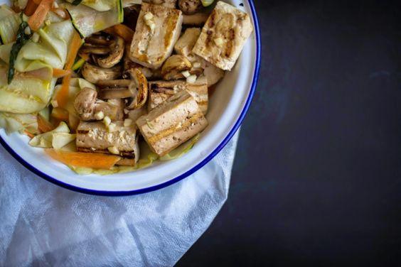 Frango do Campo: Salada de courgette grelhada, tofu e cogumelos