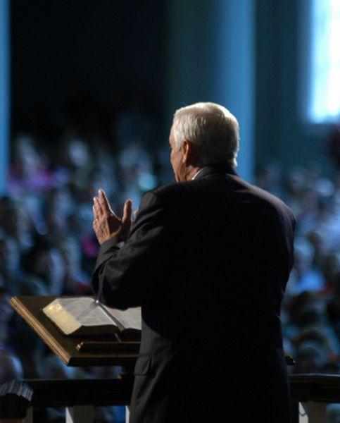 LE DON DE PROPHETIE Définition : Ce n'est pas un don d'éloquence remarquable ni même une inspiration soudaine jaillie de l'esprit humain. Contrairement à ce que certains enseignent, ce charisme n'a absolument...