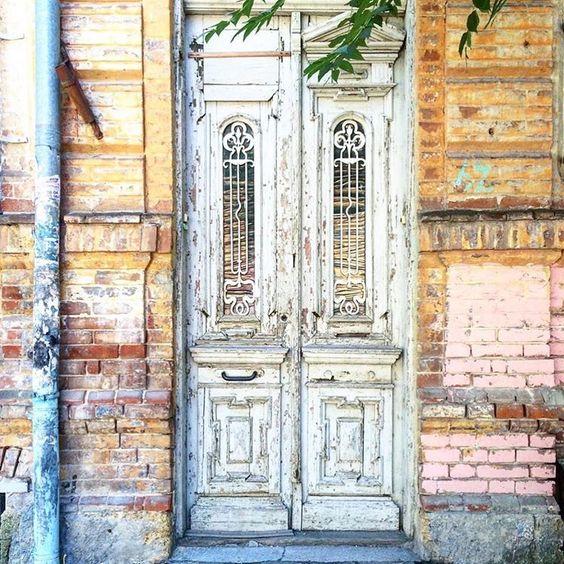 Двери, двери и ещё раз двери. За фото спасибо @vasilina_miracle ✨ ➡️🚪ул. Суворова 60 _________________ #myrostovdoors #дверидвери #ростовнадону #ростов #двериростова #ростовскиедвери #кудаведетэтадверь #людиодверях #старыедвери #старыйгород #старыйростов #ворота #дверьвпрошлое  #дверныеистории #историядверей #ищидвери #архитектураростова #ростовмойгород #rostovcity61 #door #doors #rostov #doorshunters #iloverostov #olddoor #ростовгородконтрастов #эторостовдетка #rostovdoors #rostov_doors