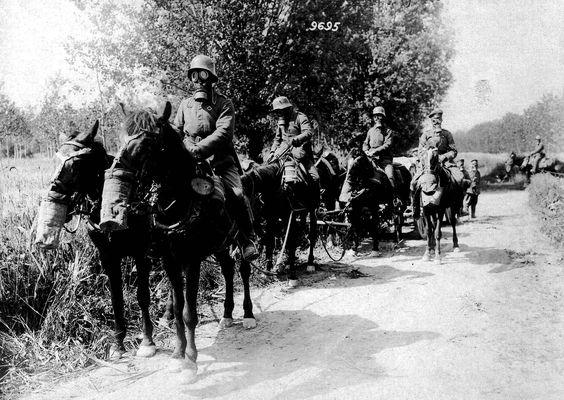 Frente occidental, sector de batalla entre Aine y Marne. Columna alemana de transporte de munición con las máscaras antigas colocadas atraviesan un bosque recientemente gasificado.