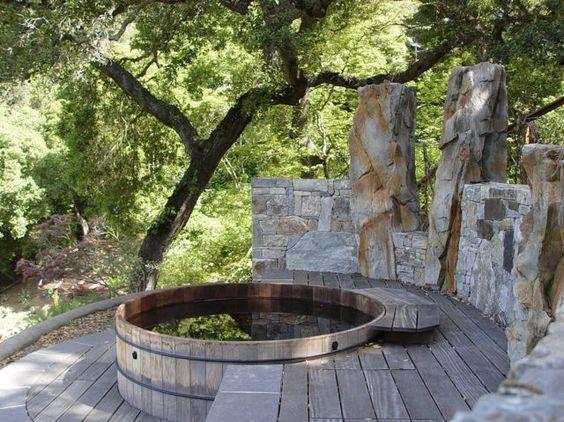 bain scandinave semiencastré dans la terrasse en bois