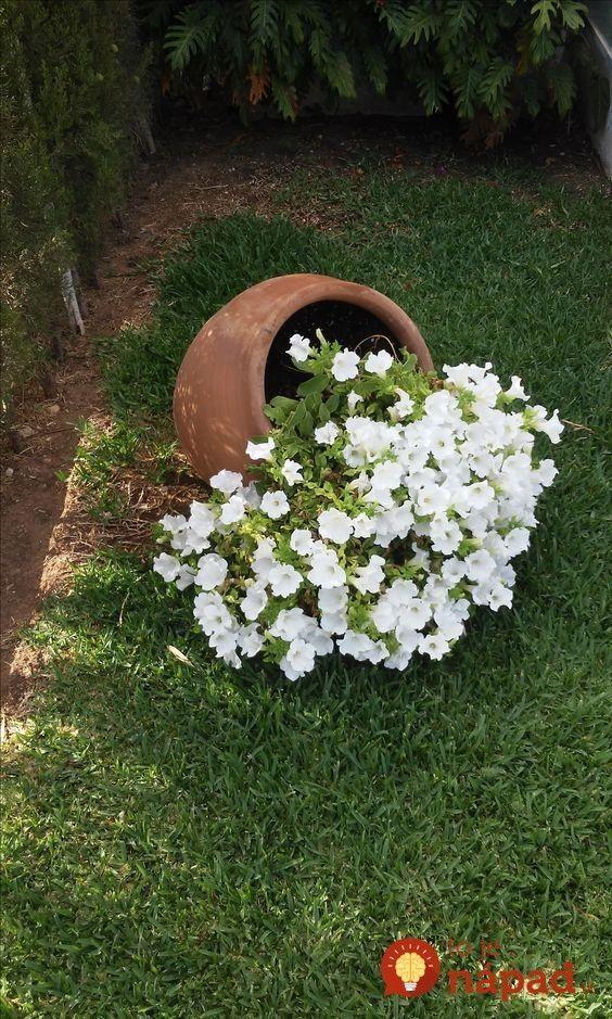 Namiesto Toho Aby Crepniky S Kvetmi Len Postavili Do Zahrady Vymysleli Tiet Garten Garten Hochbeet Gartendekoration