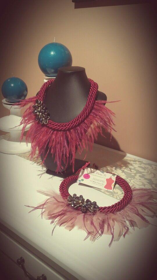 collares de plumas y cordon de seda con aplique de pedrería facetada