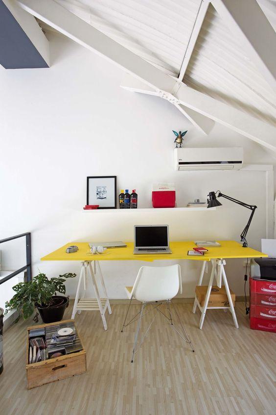 Mesa de estudio con caballetes y un tablero
