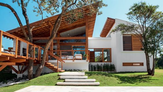 Projeto residencial envolve árvore no deck. (Foto: Ecomadeiras)