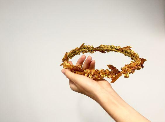 corona dorada pintada a mano con flores y espigas. Mas información instagram mymacora_tocados y facebook mymacora. Mail mymacora@gmail.com