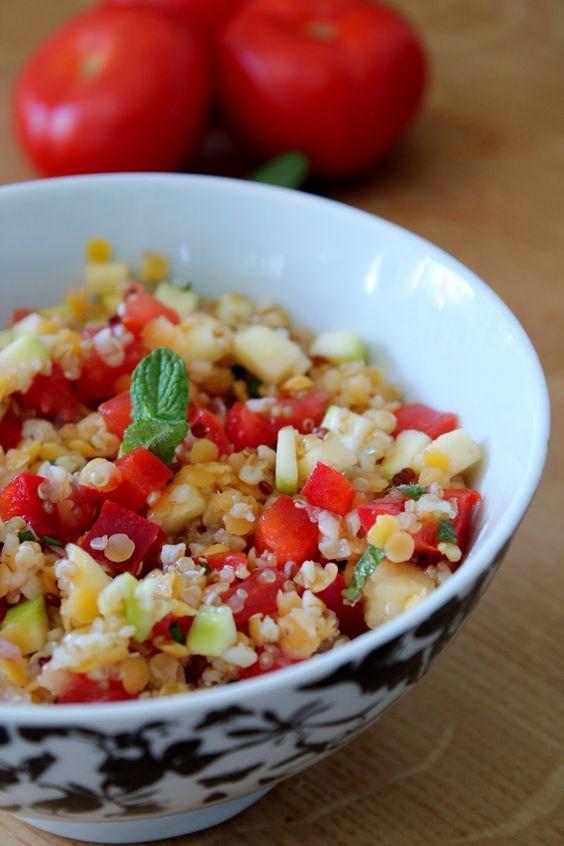 Salade quinoa, boulgour et lentilles corail Un rayon de soleil et je prépare de suite des salades, bien pratiques pour un dîner complet. Je vous propose une recette végétarienne, où le quinoa, associé aux lentilles corail, est source de protéines.