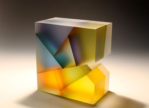 L'artiste Jiyong Lee utilise une technique spéciale pour travailler du verre et lui donner cet aspect semi-translucide variable et s'en sert pour créer des sculptures géométriques dans lesquelles il joue avec les couleurs et des segmentations.