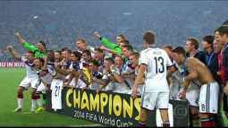 Festa dos jogadores alemães continuam, agora no gramado do Maracanã. Caixas de som tocam a música-tema da Copa.