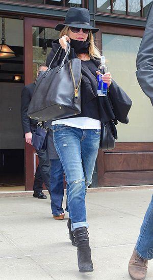 Jennifer Aniston leaving NYC hotel (April 27, 2015 ...