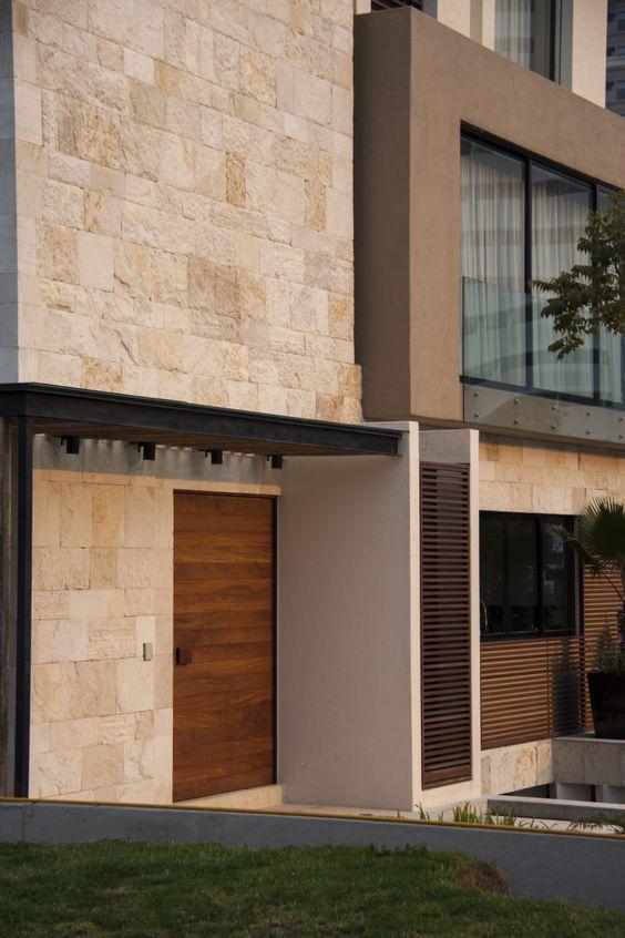 Casa ss fachada muros de piedra puerta de madera for Fachada piedra natural