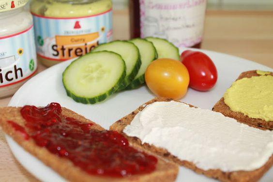 Aber bitte mit ohne... morgens mit glutenfreiem Brot und verschiedenen Aufstrichen